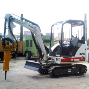 Mini escavadeira Bobcat 325 com rompedor